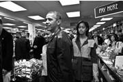 奥巴马逛书店买谍战小说 与顾客闲聊20分钟