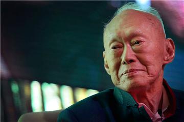 纪念李光耀 从读这8本书开始