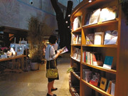 """【快读】重庆首个博物馆书店亮相;巨头抢滩IP网络作家受益;上戏成立15亿元创投基金 抢占文化影视""""互联网+""""风口;"""