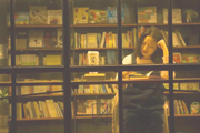 在每一家温暖的书店,都缺少一位有灵感的店员吧?  《深夜书房》里的故事